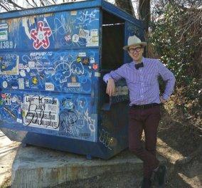 Καθηγητής Πανεπιστημίου ζει σε κάδο σκουπιδιών! Χρειάζεται μόλις 4 παντελόνια, 3 πουκάμισα & 2 παπιγιόν! (Φωτό - Βίντεο) - Κυρίως Φωτογραφία - Gallery - Video