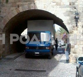 Για γέλια και για κλάμματα: Φορτηγό σφήνωσε στην καμάρα της Μεσαιωνικής Πόλης της Ρόδου! Οι σύγχρονοι Ιππότες άσχετοι με την οδήγηση!  - Κυρίως Φωτογραφία - Gallery - Video