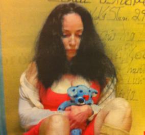 Σε αξιοθρήνητη κατάσταση η Βίκυ Σταμάτη στο Δρομοκαΐτειο - Ακατάληπτα γκράφιτι & αγκαλιά με το αρκουδάκι του γιου της! - Κυρίως Φωτογραφία - Gallery - Video