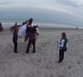 Smile: Τι γίνεται όταν ένα άλογο δεν θέλει να ποζάρει για γαμήλιο άλμπουμ; - Δείτε στο βίντεο την αντίδραση της νύφης! - Κυρίως Φωτογραφία - Gallery - Video
