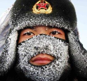 Φωτογραφία: Όταν λέμε παγωνιά εννοούμε αυτό: - 32 βαθμοί στα σύνορα Ρωσίας Κίνας και ο Κινεζούλης έγινε χιονάνθρωπος!  - Κυρίως Φωτογραφία - Gallery - Video