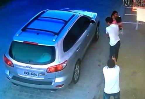 Ανατριχιαστική σκηνή- Ο Βραζιλιάνος δικηγόρος παραδίδει το μωρό στην γυναίκα του & μένει όρθιος για να τον εκτελέσουν - Κυρίως Φωτογραφία - Gallery - Video