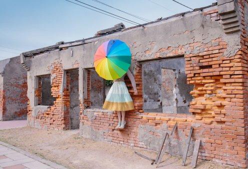 Κοπέλα από την Ταϊβάν ταξιδεύει παντού με την ομπρέλα της & γίνεται ουράνιο τόξο - Φώτο   - Κυρίως Φωτογραφία - Gallery - Video