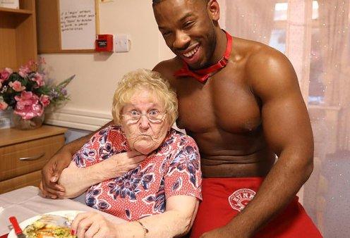 Ολόγυμνοι «φουσκωτοί» μπάτλερ σερβίρουν φαγητό σε ηλικιωμένες κυρίες σε οίκο ευγηρίας (Φωτό) - Κυρίως Φωτογραφία - Gallery - Video