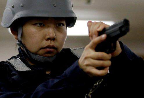 Γιαπωνέζες στρατιωτίνες σε αεροπλανοφόρο κρατούν από όπλο μέχρι... σούσι! (Φωτό) - Κυρίως Φωτογραφία - Gallery - Video