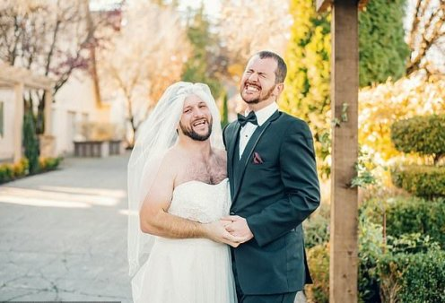 Αυτή και αν είναι πλάκα: Η νύφη έδωσε τη θέση της στον μουσάτο κολλητό του γαμπρού - Κυρίως Φωτογραφία - Gallery - Video