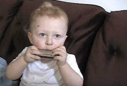 Μωρό θαύμα: Μόλις 20 μηνών & παίζει φυσαρμόνικα σαν βιρτουόζος (βίντεο) - Κυρίως Φωτογραφία - Gallery - Video