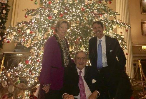 Ο Κωνσταντίνος & η Άννα Μαρία με τον Πρίγκιπα Παύλο μπροστά στο Χριστουγεννιάτικο δέντρο (φωτό) - Κυρίως Φωτογραφία - Gallery - Video