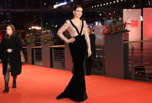 Berlinale 2019  Η Ζιλιέτ Μπινός στο πρώτο κόκκινο χαλί πριν τα Όσκαρ - Όλες  οι 5a26c736ab8