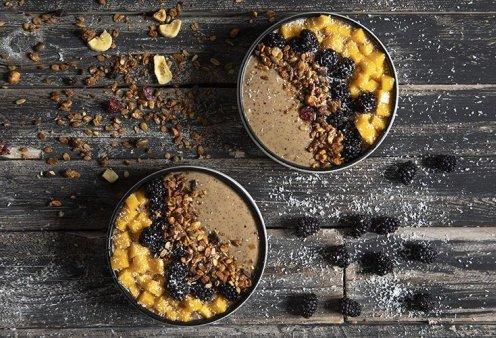 Ο εξαιρετικός Άκης Πετρετζίκης δημιουργεί: Θεσπέσιο Acai bowl με ρόφημα αμυγδάλου & μάνγκο  - Κυρίως Φωτογραφία - Gallery - Video