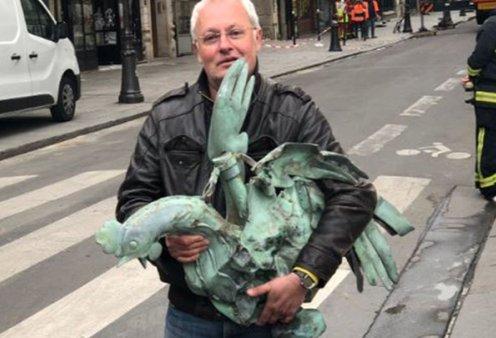 Χαμόγελα μέσα στις στάχτες της Παναγίας των Παρισίων - Βρέθηκε ο κόκορας του καμένου κωδωνοστασίου - Κυρίως Φωτογραφία - Gallery - Video