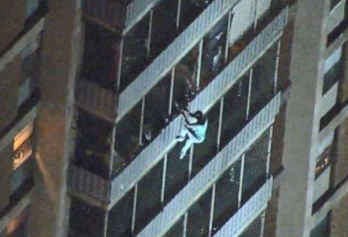 """Εντυπωσιακό βίντεο: Δείτε τον """"άντρα Spiderman"""" να κατεβαίνει 19 ορόφους όταν ξέσπασε πυρκαγιά στο κτήριο  - Κυρίως Φωτογραφία - Gallery - Video"""