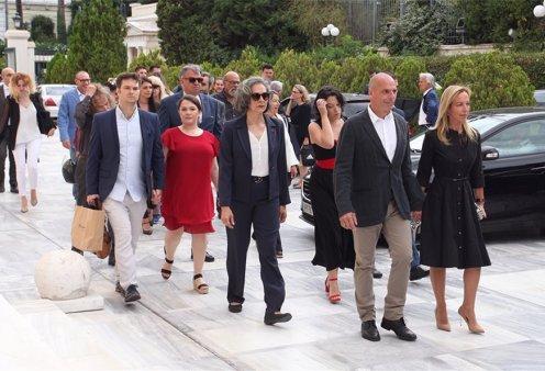 Υπέρκομψη η Δανάη Στράτου κρατάει από το χεράκι το Βαρουφάκη - Οι εννέα του ΜέΡΑ,25 στη Βουλή (φώτο-βίντεο) - Κυρίως Φωτογραφία - Gallery - Video