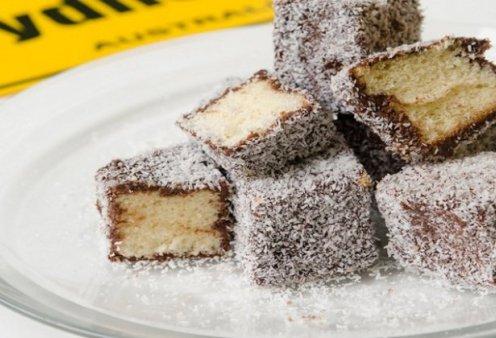 Ο Στέλιος Παρλιάρος μας φτιάχνει lamingtons, μικρά κέικ που καλύπτονται με σοκολατένιο γλάσο - Κυρίως Φωτογραφία - Gallery - Video