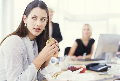 Η πολλή δουλειά βλάπτει... την ζυγαριά - Δείτε τη σωστή διατροφή στο γραφείο για να χάσετε κιλά  - Κυρίως Φωτογραφία - Gallery - Video