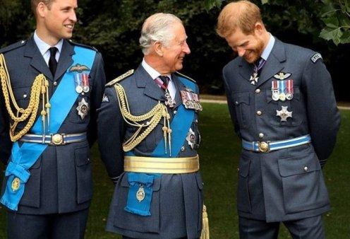 "O Πρίγκιπας Κάρολος έχει γενέθλια & οι γιοι του  του εύχονται με σπάνια οικογενειακά ""κλικ"" - ""Τα σπάει"" η ασπρόμαυρη φωτό του Χάρι με τον Άρτσι (φώτο) - Κυρίως Φωτογραφία - Gallery - Video"