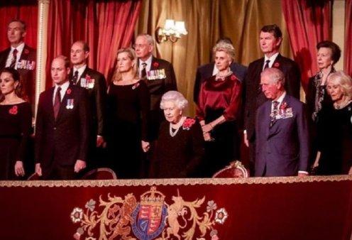 Όλη η βασιλική οικογένεια στο Royal Albert Hall - Τα βελούδινα θεωρεία - Οι τουαλέτες της Βασίλισσας Ελισάβετ της Κέιτ και της Μέγκαν (φώτο) - Κυρίως Φωτογραφία - Gallery - Video