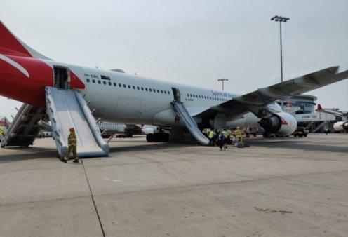 Βίντεο- φώτο: Οι επιβάτες εγκαταλείπουν το αεροπλάνο με τις τσουλήθρες - Καπνοί στην καμπίνα της Qantas - Μιας από τις καλύτερες του κόσμου  - Κυρίως Φωτογραφία - Gallery - Video