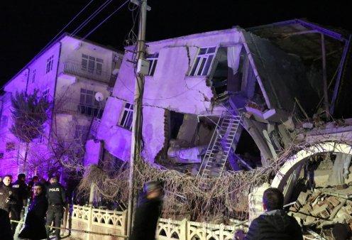 Τουρκία: 21 νεκρούς & 1000 τραυματίες άφησε πίσω του ο σεισμός - Αγωνία για τους εγκλωβισμένους - Δήλωση συμπαράστασης Μητσοτάκη σε Ερντογάν (φώτο-βίντεο) - Κυρίως Φωτογραφία - Gallery - Video