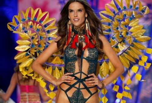 H Alessandra Ambrosio εκθαμβωτική με ένα μεταλλικό απαστράπτον σύνολο στο καρναβάλι του Ρίο - Κυρίως Φωτογραφία - Gallery - Video