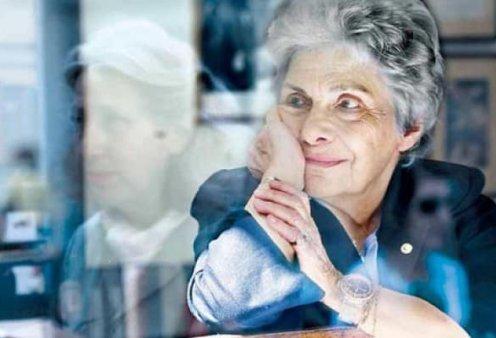 Με συλλυπητήρια μηνύματα και στίχους της Κικής Δημουλά αποχαιρετούν την μεγάλη Ελληνίδα ποιήτρια - Κυρίως Φωτογραφία - Gallery - Video