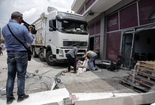 Τραγωδία στην Πειραιώς; Oδηγός φορτηγού έπαθε έμφραγμα, έπεσε σε βιτρίνα καταστήματος & πέθανε – Όλες οι φωτό   - Κυρίως Φωτογραφία - Gallery - Video