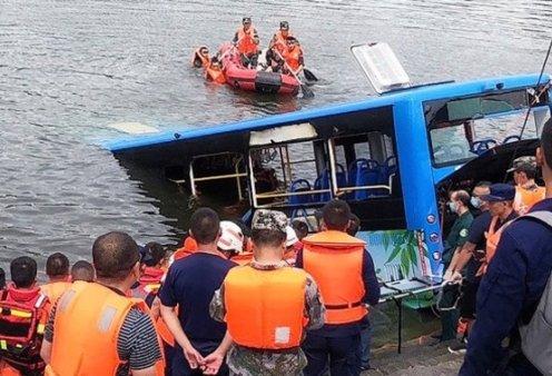 """Ανείπωτη τραγωδία στην Κίνα με 21 μαθητές νεκρούς - To λεωφορείο έπεσε σε λίμνη - Πλημμύρες στην """"καταραμένη"""" πόλη Ουχάν (φωτό - βίντεο) - Κυρίως Φωτογραφία - Gallery - Video"""