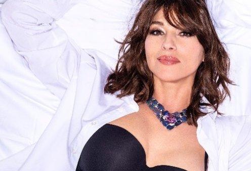 Παρίσι: Η Μόνικα Μπελούτσι στο κρεβάτι του πολυτελέστερου ξενοδοχείου με το λευκό πουκάμισο & το μαύρο μπουστάκι της (φωτό) - Κυρίως Φωτογραφία - Gallery - Video