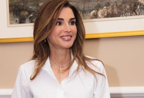Η Βασίλισσα Ράνια της Ιορδανίας με φούξια - λευκό σύνολο, επιμελημένα ατημέλητο κότσο & χαμόγελο για όλους (φωτό) - Κυρίως Φωτογραφία - Gallery - Video