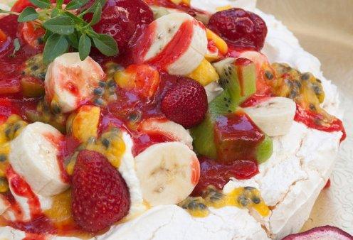 Ο Στέλιος Παρλιαρος μας φτιάχνει υπέροχη τούρτα πάβλοβα με παγωτό - Κυρίως Φωτογραφία - Gallery - Video