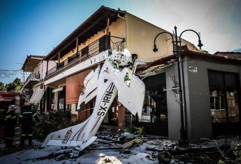 """Εικόνες """"αποκάλυψης"""" στην Πρώτη Σερρών: Το μονοκινητήριο αεροσκάφος έπεσε στην πλατεία του χωριού - Φωτό & βίντεο από το σημείο του ατυχήματος - Κυρίως Φωτογραφία - Gallery - Video"""