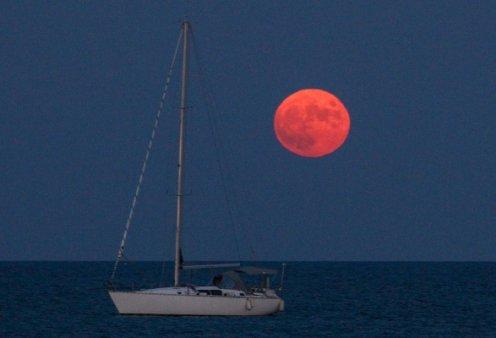 Η ωραιότερη πανσέληνος του Αυγούστου σε μοναδικά κλικς: Αναδύθηκε  κόκκινη από τη θάλασσα για να μετατραπεί σε ατόφιο ασημί (Φωτό)  - Κυρίως Φωτογραφία - Gallery - Video