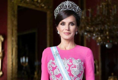 Βασίλισσα Λετίσια της Ισπανίας: Με πανάκριβο φουστάνι Bottega Veneta στο χρώμα της αεροπορία, παπούτσι Carolina Herrera & Nina Ricci τσάντα – Η εντυπωσιακή εμφάνιση της (Φωτό)  - Κυρίως Φωτογραφία - Gallery - Video