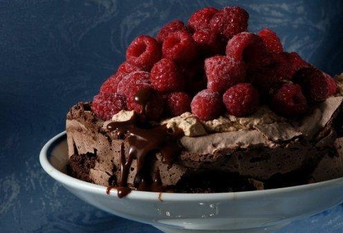 Ο Στέλιος Παρλιαρος μας φτιάχνει μία εντυπωσιακή τούρτα - Πάβλοβα σοκολάτας  - Κυρίως Φωτογραφία - Gallery - Video