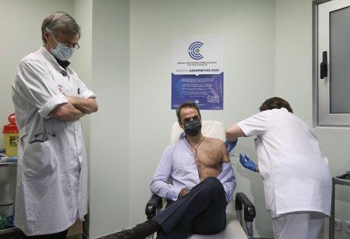 Ο πρωθυπουργός χωρίς φανελάκι... κάνει την δεύτερη δόση του εμβολίου υπό το βλέμμα του Τσιόδρα - Δεύτερη δόση και για την Σακελλαροπούλου (φωτό & βίντεο) - Κυρίως Φωτογραφία - Gallery - Video