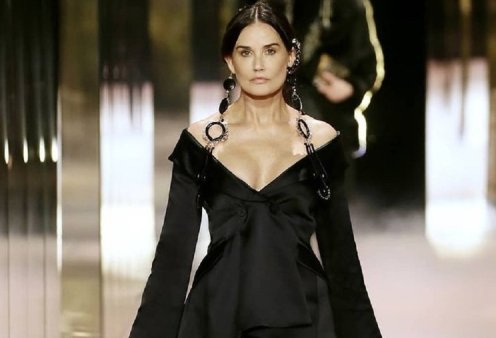"""Η Ντέμι Μουρ έκανε πασαρέλα στην επίδειξη του Fendi με """"νέο πρόσωπο"""" - """"Καλοσιδερωμένη"""" & αγνώριστη με τέλειες αναλογίες & υπέροχα ρούχα (φώτο-βίντεο)  - Κυρίως Φωτογραφία - Gallery - Video"""