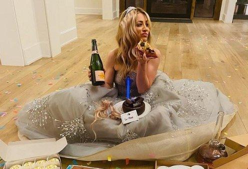 Golden Globes 2021: Θεά η Kaley Cuoco! Δεν πήρε το βραβείο και το έριξε στην πίτσα - Έβγαλε τρέσες & γόβες και κάθισε στο πάτωμα (φωτό) - Κυρίως Φωτογραφία - Gallery - Video