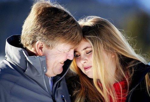 Ο βασιλιάς Γουλιέλμος Αλέξανδρος και η πριγκίπισσα Αμαλία σε μια τρυφερή φωτογραφία - Μπαμπάς και κόρη αγκαλιά στα χιόνια - Κυρίως Φωτογραφία - Gallery - Video
