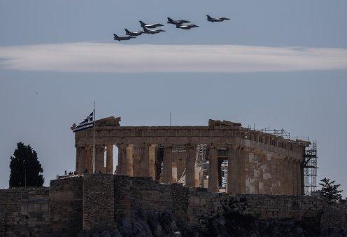 """""""Ηνίοχος"""" 2021: Μαχητικά αεροσκάφη πετούν σε σχηματισμούς πάνω από την Ακρόπολη - Δείτε τις εντυπωσιακές εικόνες (φώτο) - Κυρίως Φωτογραφία - Gallery - Video"""
