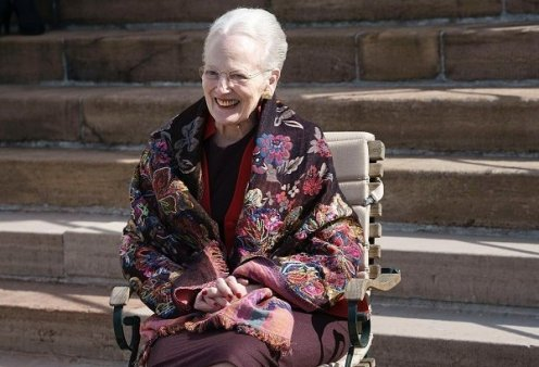 Χαμογελαστή με το σάλι της η βασίλισσα Μαργαρίτα της Δανίας: Έγινε 81 και της έκαναν έκπληξη στην βεράντα του παλατιού (βίντεο) - Κυρίως Φωτογραφία - Gallery - Video