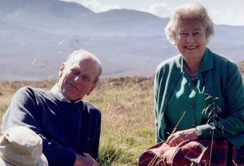 Το αντίο της βασίλισσας Ελισάβετ στον ωραίο της Φίλιππο - Μια σπάνια φωτογραφία από μια χαλαρή, ευτυχισμένη στιγμή τους - Κυρίως Φωτογραφία - Gallery - Video