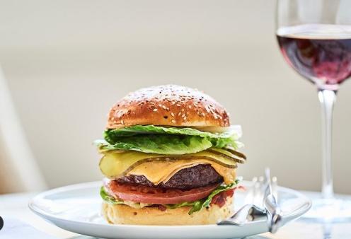 Ξεπουλάει το γκουρμέ μπέργκερ των 20 ευρώ σε take away πολυτελούς ξενοδοχείου - Δημιούργημα δυο σεφ με δύο αστέρια Michelin - Τα συστατικά (φωτό) - Κυρίως Φωτογραφία - Gallery - Video