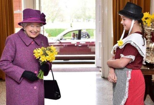 Γιατί η βασίλισσα Ελισάβετ απαγόρευσε το μωβ & το κράτησε ως προνόμιο για τον εαυτό της - Η ιστορία του βασιλικού χρώματος (φώτο) - Κυρίως Φωτογραφία - Gallery - Video