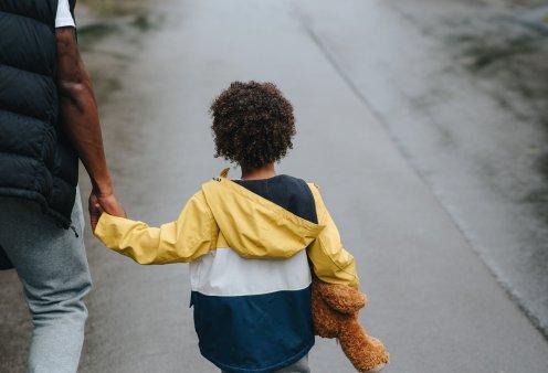 Τρία μικρά παιδιά 3, 5 και 8 ετών περιφέρονταν στον δρόμο: Είδαν τον αστυνομικό και… - «Η μαμά μας είναι νεκρή, ψάχνουμε τον μπαμπά» - Κυρίως Φωτογραφία - Gallery - Video