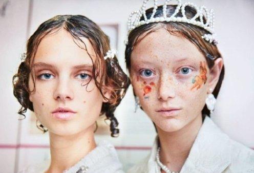 XL κοτσίδες - Vamp μακιγιάζ - stickers : Πέντε εντυπωσιακές τάσεις ομορφιάς από την Εβδομάδα μόδας του Λονδίνου (φώτο) - Κυρίως Φωτογραφία - Gallery - Video