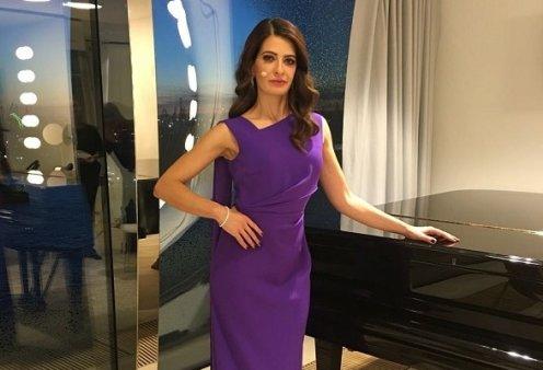 Λίντα Ζερβάκη: Η Ελληνίδα παρουσιάστρια ειδήσεων στα καλύτερα κανάλια της Γερμανίας - τσουγκρίζει ούζο & «γεια μας» με τον συμπαρουσιαστή της (βίντεο) - Κυρίως Φωτογραφία - Gallery - Video