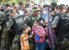 Σπαρακτικές φωτογραφίες με προσφυγόπουλα στα Σκόπια την ώρα των συγκρούσεων με την αστυνομία - Κυρίως Φωτογραφία - Gallery - Video 2