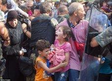Σπαρακτικές φωτογραφίες με προσφυγόπουλα στα Σκόπια την ώρα των συγκρούσεων με την αστυνομία - Κυρίως Φωτογραφία - Gallery - Video 6