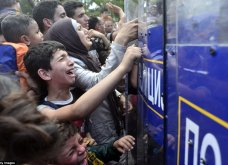 Σπαρακτικές φωτογραφίες με προσφυγόπουλα στα Σκόπια την ώρα των συγκρούσεων με την αστυνομία - Κυρίως Φωτογραφία - Gallery - Video 7