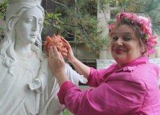 Γλύπτρια για.. κλάματα: Προσπάθησε να διορθώσει το σπασμένο κεφάλι του αγάλματος του Χριστού και κατέληξε viral στο Internet - Κυρίως Φωτογραφία - Gallery - Video